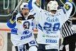 Tomáš Vlasák (vlevo) a Martin Straka se radují z gólu