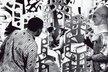 Mimozemšťan Adam z Modré hvězdy a čalouník Josef, muž z prvního století po Sputniku, právě zjistili, že i komunistický člověk je schopen lásky. Fotografie Karla Ješátka z filmu Oldřicha Lipského.