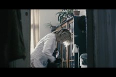 Lucie Vondráčková k kalhotkách ve filmu Labyrint