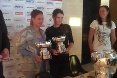 Barbora Záhlavová-Strýcová a Iveta Benešová dostaly před cestou do Německa repliku trofeje pro vítězky Fed Cupu