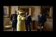 Královna Alžběta II. v netradičních a komických situacích