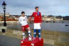 VIDEO: Václav Pilař a (vlevo) a Tomáš Pekhart představili na Karlově mostě nové dresy české fotbalové reprezentace