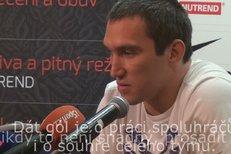 Alex Ovečkin odpovídá na otázky novinářů během tiskové konference