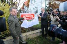 Ceduli s jménem Josefa Vašíčka odhalil pražský primátor Bohuslav Svoboda