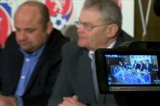 Miroslav Pelta vysvětluje na tiskové konferenci po zasedání výkonném výboru, proč disciplinární komise už nebude řešit korupční kauzu