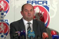 Šéf FAČR Miroslav Pelta na tiskové konferenci vysvětluje, proč nechal ve funkci trenéra české reprezentace Michala Bílka