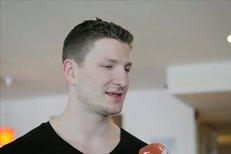 Spolu se Zbyňkem Michálkem tvoří elitní obrannou dvojici českého týmu na šampionátu. Na ledě tráví až 25 minut. Přesto obránce Ladislav Šmíd, opora z Edmontonu, věří, že jejich výkony půjdou ještě nahoru.