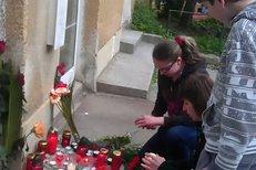 Lidé zapalují svíčky u školy, kde učila zabitá kantorka