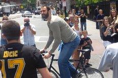 Hvězdný Zdeno Chára jezdí do bostonské TD Garden na kole, fanoušci chodí sledovat i příchod Jaromíra Jágra...