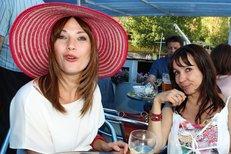Nela Boudová a Tereza Kostková jsou kolegyně, které se postupně stávají kamarádkami.