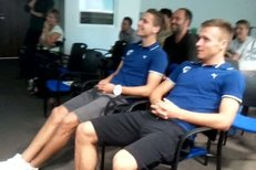 Plzeňští fotbalisté Jan Kovařík (vlevo) a Stanislav Tecl během sledování losování Ligy mistrů