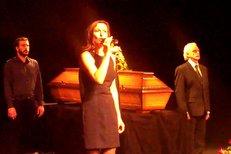 Jana Musilová na pohřbu Tomka zazpívala písničku Klobouk ve křoví