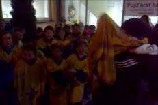 Brankář Jekatěrinburku Jakub Kovář se fotil s dětmi ze svého Písku