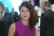 Šaty Marthy Issové na zahájení Varů: Fialová záře s kapsou!