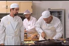 Ohnivý kuře: Umí Dolanský a Prachař vařit? Cibuli krájí jako draci!