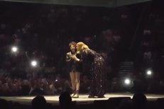 Adele zpívala na koncertě s autistickou dívkou.