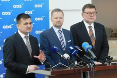 Na tiskovce ODS před mimořádným jednáním Sněmovny vystoupil po boku Petra Fialy a Zbyňka Stanjury i policejní exprezident Martin Červíček