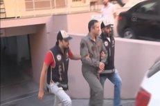 Policie zatýká velitele z řad armádních pučistiů.