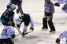 Liberec - Chomutov: Sekera! Vladimír Růžička na buly přesekl hokejku protihráči