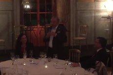 Gott překvapil německého politika! Na soukromé večeři mu zpíval Včelku Máju!