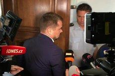 Takhle utekl Marek Dalík před novináři na Vrchním soudě v Praze. Soudce mu zpřísnil trest o rok. Za podvod v kauze pandurů si tak má odsedět 5 let.