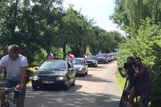Kolona demonstrantů před Čapím hnízdem