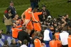André Ooijer svlékl Arjenu Robbenovi trenky