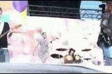 Janek Ledecký si na pódium přivedl dvě zcela nahé dívky.
