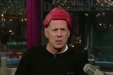 Bruce Willis v show Latermanna s hovězí pokrývkou na hlavě.