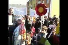 Josef Váňa předává oslavujícím dětem perník.