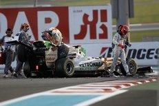 Michael Schumacher v posledním závodu sezony málem přišel o hlavu