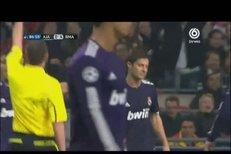 Zdržování Xabiho Alonsa a Sergia Ramose v zápase s Ajaxem bylo oceněno červenou kartou - a všichni byli spokojení
