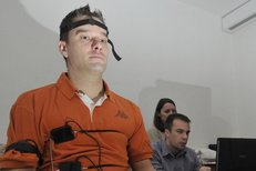 Petr Švancara odpovídá na záludné otázky na detektoru lži