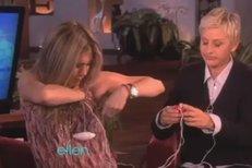 Jennifer Aniston si v talkshow Elleny Degeneres vyzkoušela prsní vibrátory