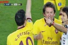 Vyloučení Robina van Persieho v duelu proti Barceloně