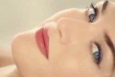 Vyretušovaná Kate Winslet v reklamě na Lancôme