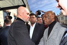 Mike Tyson na návštěvě v redakci deníku Sport.