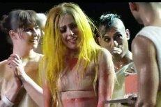 Lady gaga překvapili tanečníci a na koncert í přinesli narozeninový dort. Dojatá zpěvačka neudržela slzy