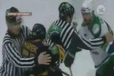 Poslední šarvátka Jana Marka a Alexandra Radulova ve finále KHL. Rozhodčí je k sobě nepustili