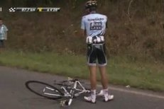 Pád Alberta Contadora v páté etapě Tour de France