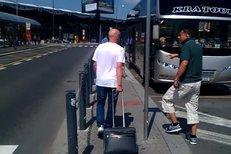 Ivan Hašek v úterý odpoledne dorazil s týmem Al Ahlí do Prahy, kde se jeho svěřenci budou připravovat na novou sezonu.