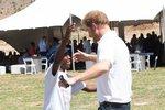 Dojemné setkání prince Harryho se sirotkem po 11 letech! Kámo, kde já tě už viděl?!