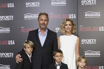 Kevin Costner (60) vzal znuděné děti na premiéru! Tati, pojďme už domů...