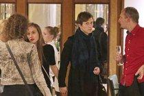 Tereza s Igorem přicházejí ruku v ruce do Lucerny.