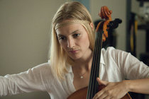 Poláková není Nafrněná...Učí se hrát na violoncello!