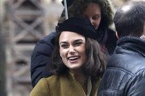 Keira Knightley natáčí v Praze: Křoví jí dělá Kvasničková z My všichni školou povinní!