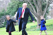 Prezidentský děda Trump a vnoučata:  Do vrtulníku s vrtulníčkem!