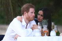 Princ Harry s přítelkou ve vlnách!