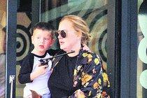 Adele svého »bodyguarda« na rukou nosí!