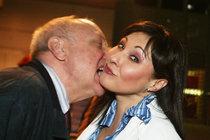 Podvádí manželku i milenku?